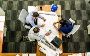 Empresa executando uma auditoria tributária