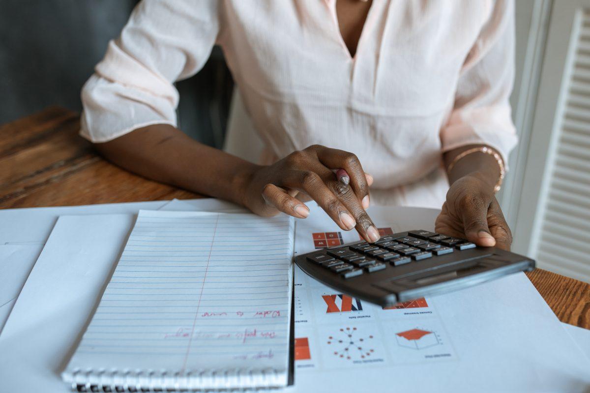 Pessoa fazendo a contabilidade do condomínio